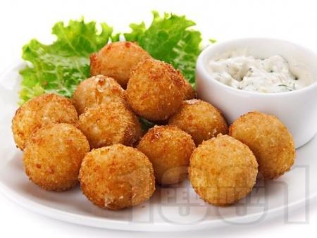 Вкусни домашни байганети / хапки със сирене/кашкавал/пилешко месо панирани в паста Патафри (яйца, брашно и бира) на фритюрник - снимка на рецептата